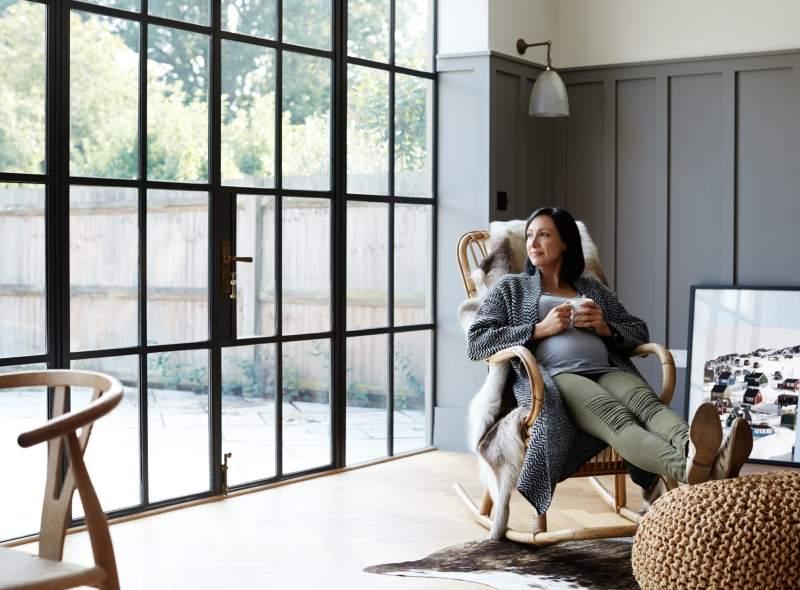 Salon avec grande fenêtre Oknoplast