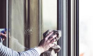 Comment entretenir ses fenêtres PVC femme nettoyant fenêtre