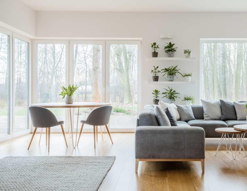 Salon avec grandes baies vitrées