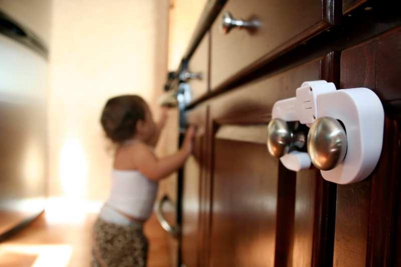 sécuriser placard enfant