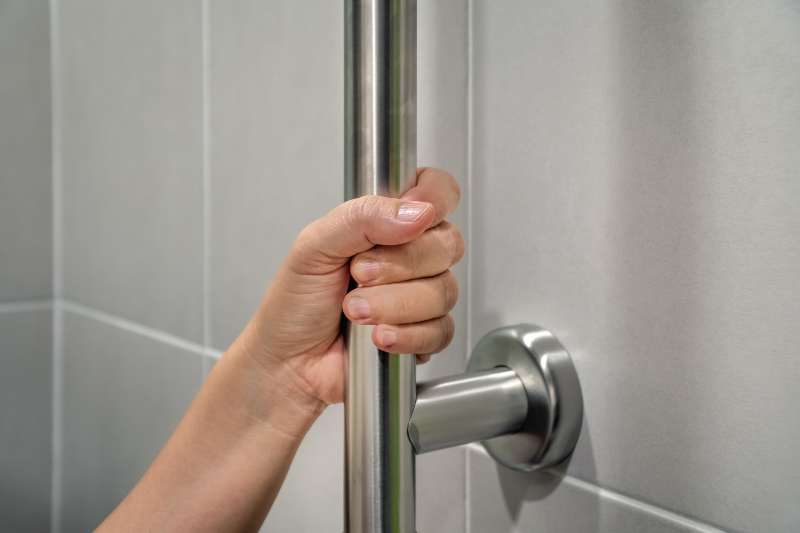 Poignée salle de bain pour personne à mobilité réduite