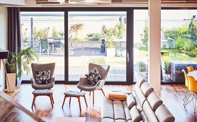 Salon avec fenêtre HST Oknoplast